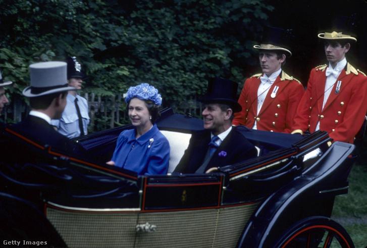 Lovaskocsival érkezik az uralkodó pár 1979-ben az ascoti királyi lóversenypályára.