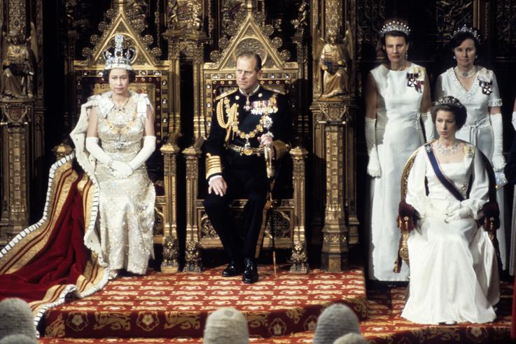 A királynő férjével megnyitja a parlamenti ülésszakot 1979-ben. Fülöp csak ilyenkor jelenik meg a parlamentben, hivatali feladatköre más alkalmat nem indokol.