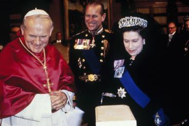 A királyi pár 1980-as olaszországi útjuk során látogatást tett II. János Pál pápánál is, aki mint kollégát fogadta a Erzsébetet. A királynő ugyanis az Anglikán Egyház, helyesebben az Anglikán Közösség egyházfője is.